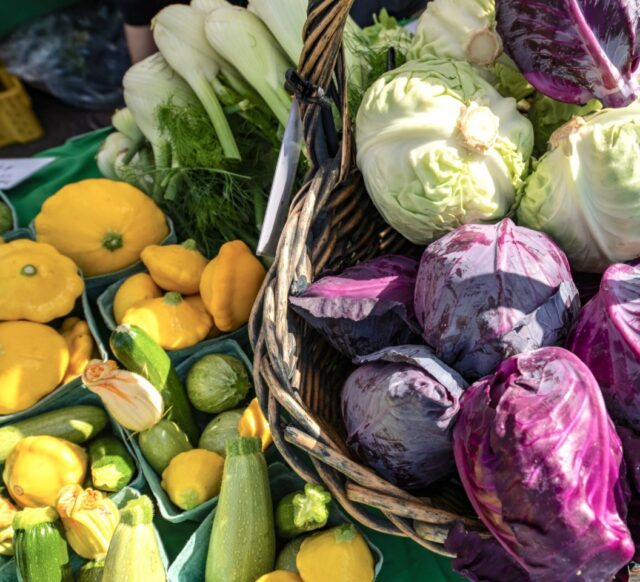 Bountiful markets await you this fall - enjoy fresh squash, zucchini, leek, cabbage and much more! 🥰  For a full listing of what you might discover at a farmers' market near you, visit our website in our bio.  📷: BC Farmers' Market Trail & @mjp.graphy at @comox_valley_farmers_market #BCfarmersmarkets #BCfarmersmarket #BCgrown #eatlocal #shareBC #inseason #farmersmarketfinds